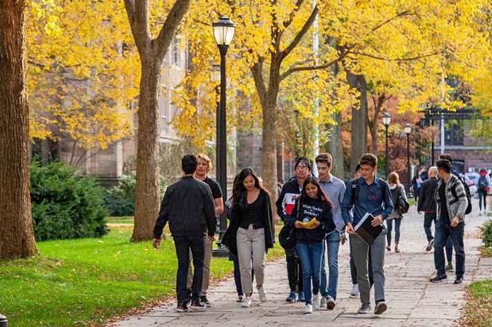 Estudantes no campus da Universidade de Yale, em New Haven, Connecticut (EUA)