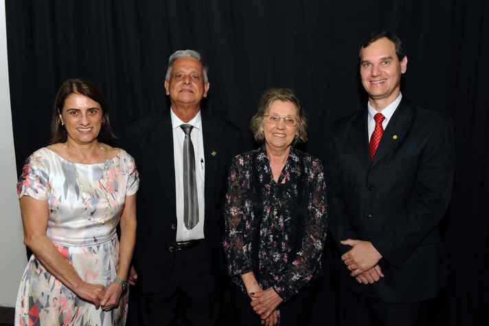 Rômulo Cerqueira Leite e Vera Alvarenga Nunes entre a vice-diretora Sandra Gesteira Coelho e o diretor Renato Lima Santos