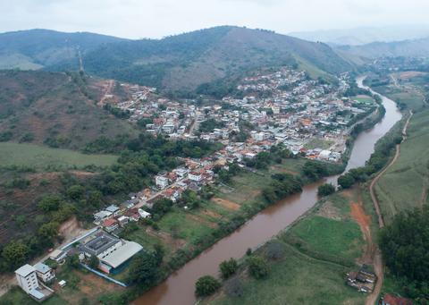 Vista do Rio do Carmo, em Barra Longa, seguindo ao encontro do Rio Piranga, onde passa a ser chamado de Rio Doce
