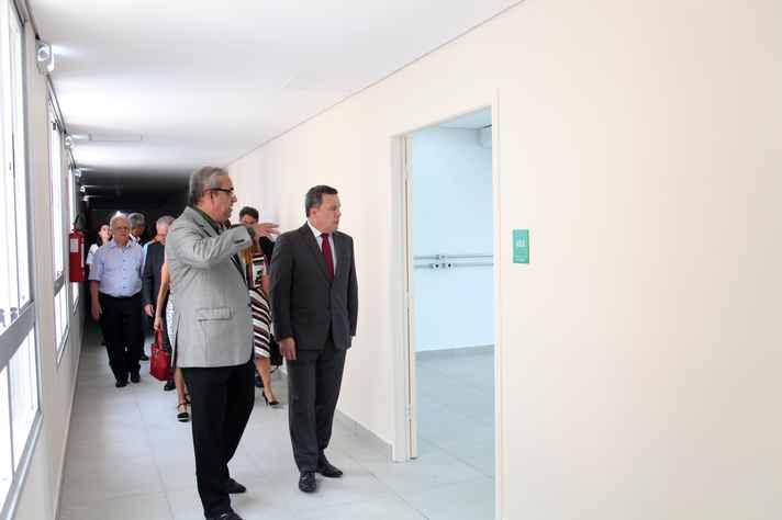 Tarcizo Nunes mostra as novas instalações ao reitor Jaime Ramírez