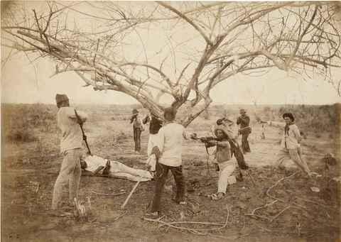 Momentos derradeiros do movimento de Canudos, no interior da Bahia, registrados por Flávio de Barros