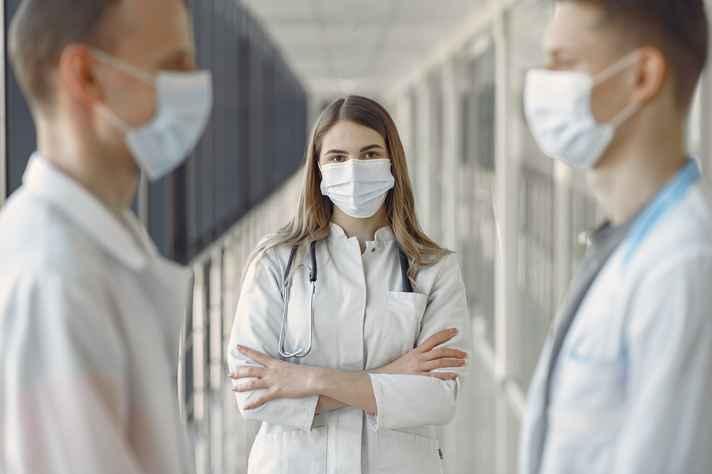 Conflitos com equipes médicas e de enfermagem estão entre os desafios enfrentados pelas profissionais
