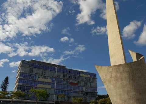 Monumento ao Aleijadinho com o prédio da Reitoria ao fundo: UFMG continuará monitorando a situação