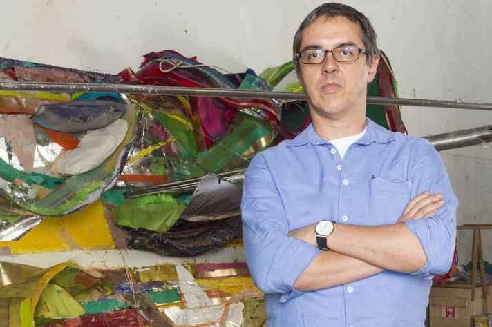 O artista Nuno Ramos em seu ateliê