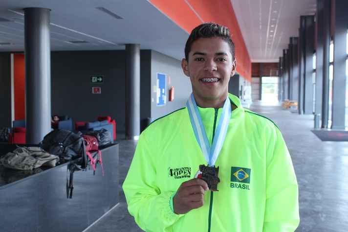 Juliano Lima com a medalha de bronze conquistada em Buenos Aires