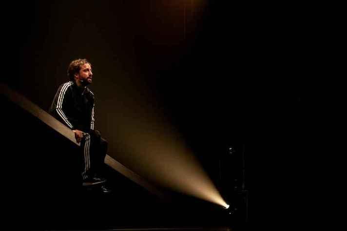 Gregório Duvivier em cena no espetáculo Sísifo