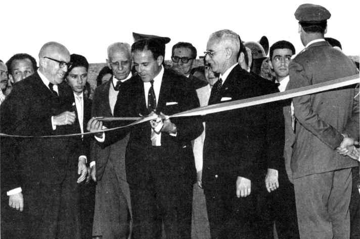 Ato simbólico de inauguração do novo prédio da Reitoria da UFMG, em 26 de outubro de 1962. Em primeiro plano, da esquerda para direita, o Governador do Estado de Minas Gerais, José de Magalhães Pinto, o Presidente da República, João Goulart e o Reitor da UFMG, Orlando Magalhães Carvalho.