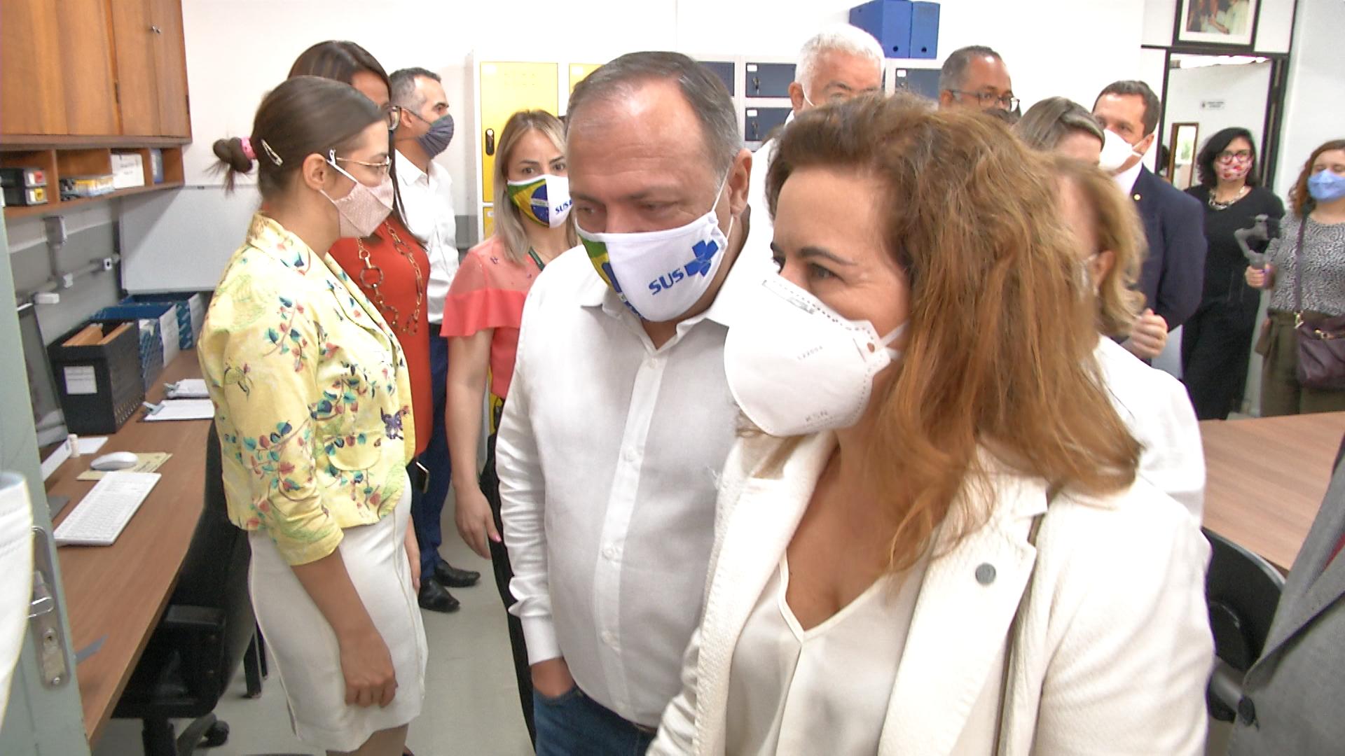 Ministro Pazuello e a reitora Sandra Goulart Almeida durante à visita ao Laboratório Vírus