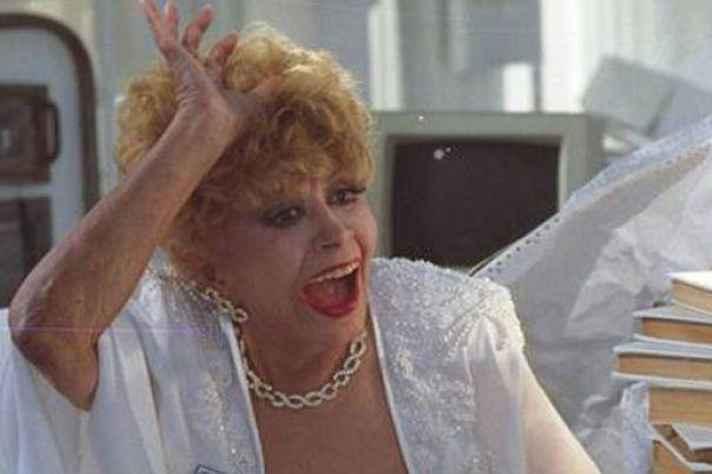 Dercy em Deus Nos Acuda (1992): conhecida pelo humor irreverente, mas também por sua grande importância no teatro nacional