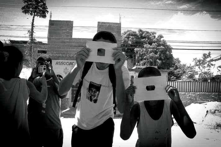 Jovens envolvidos no projeto Imagens do Povo, do Rio de Janeiro, no qual se inspira a residência Laboratório de ComunicaAção