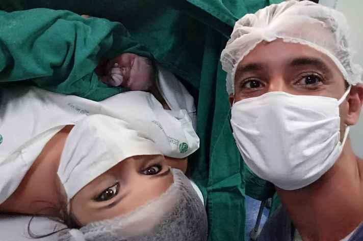 Admayra Cruz e o marido no dia do nascimento do filho, Isaac.