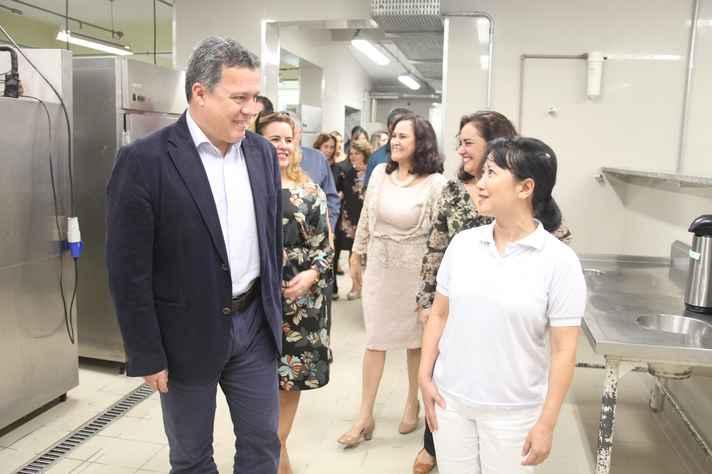 O reitor Jaime Ramírez e a vice-reitora Sandra Goulart Almeida (ao fundo) visitaram a cozinha industrial do resturante