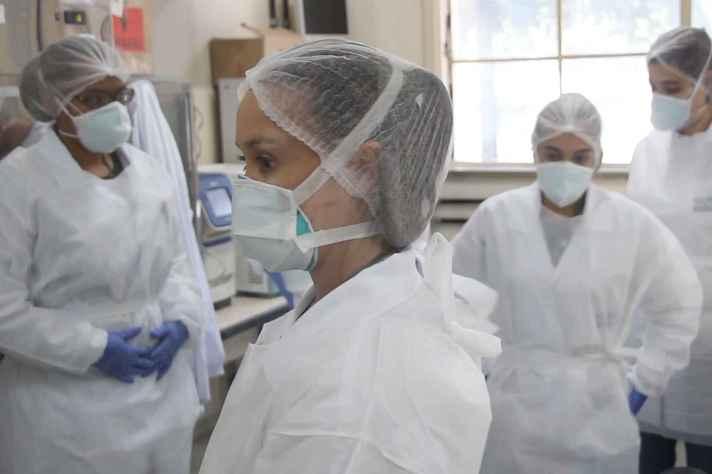 Profissionais do Nupad, na Faculdade de Medicina, um dos laboratórios que integram a rede de testagem da covid-19 na UFMG