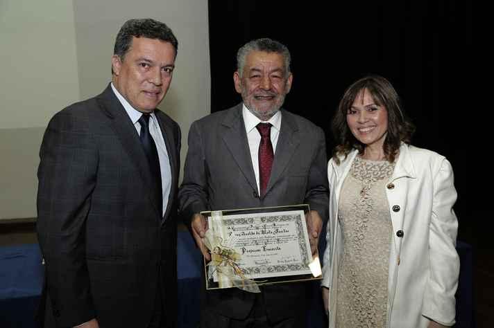 Tomaz recebeu o diploma de emérito do reitor Jaime Ramírez e da diretora do ICB, Andréa Mara Macedo