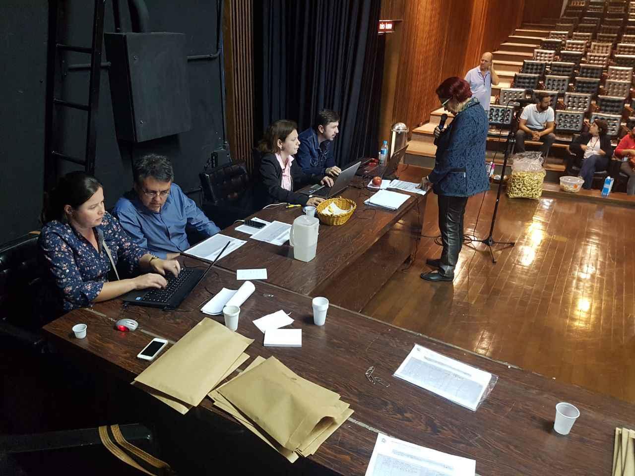 Integrantes da Comissão Eleitoral trabalharam na apuração dos votos durante a madrugada de hoje