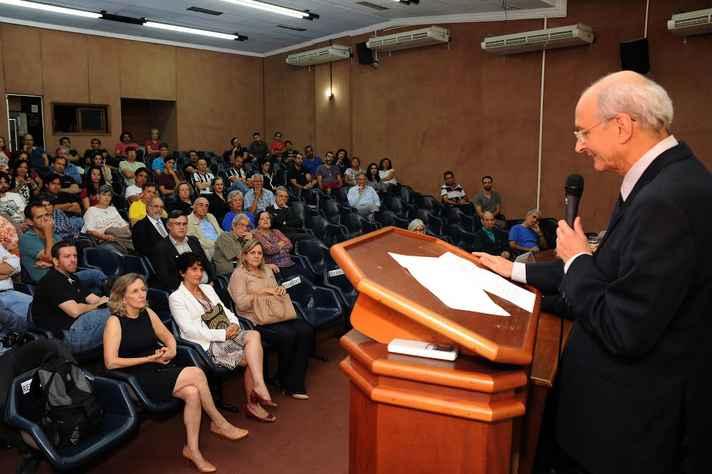 Cerimônia reuniu colegas de departamento do homenageado e de outras unidades da UFMG