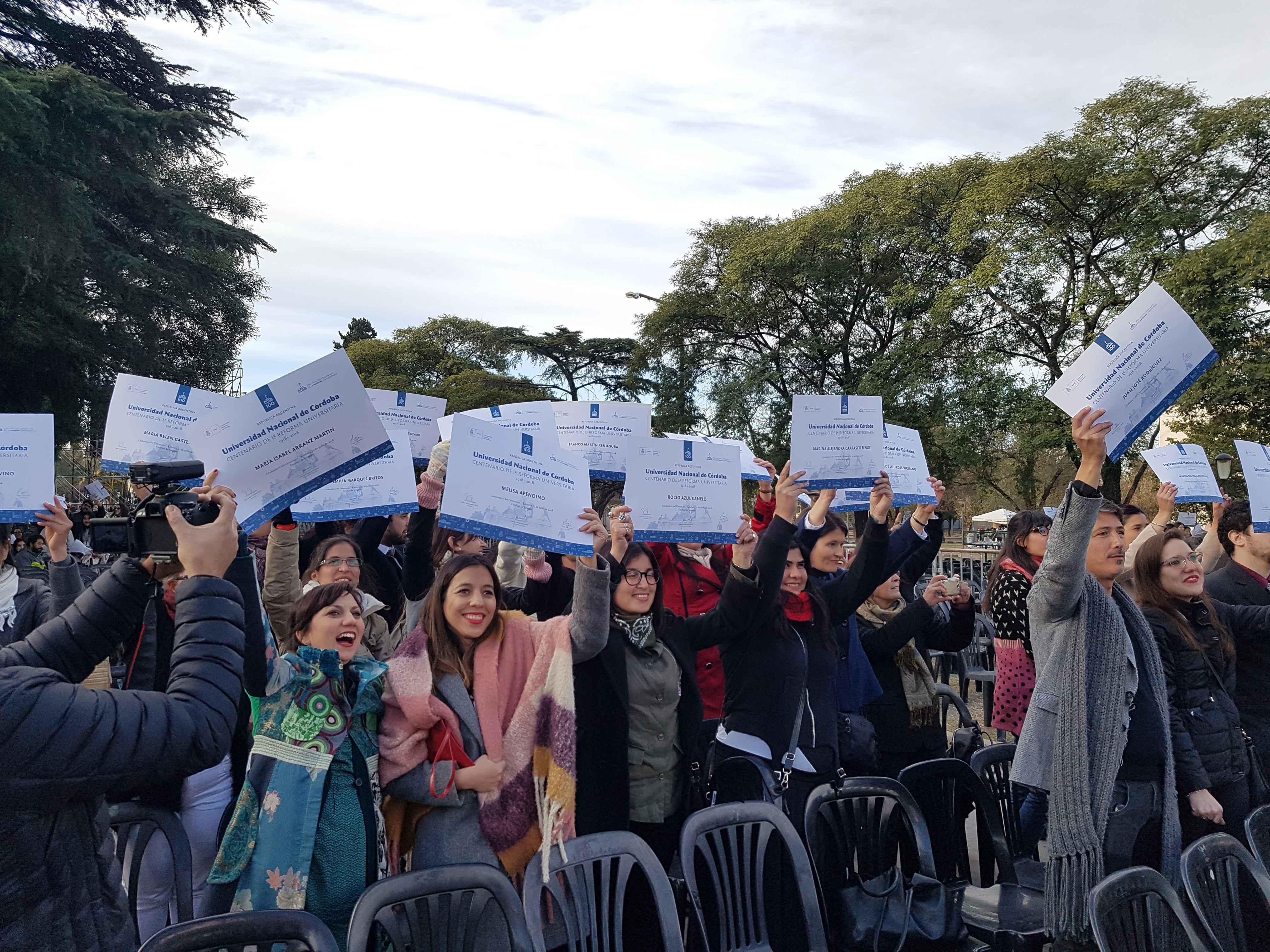 Estudantes erguem os diplomas para ratificar seu compromisso com os princípios da Reforma Universitária de 2018