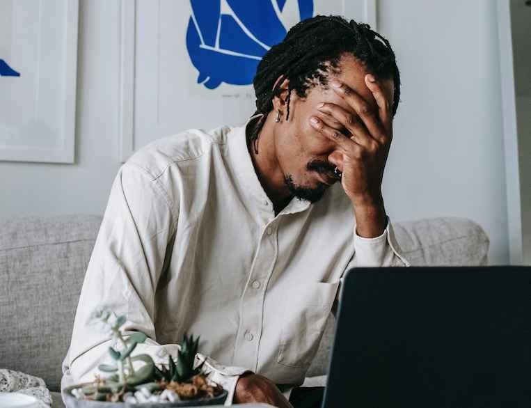 Pesquisadora destacou que excesso de trabalho atinge tanto trabalhadores em home office quanto em atividades presenciais