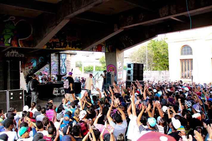 O 'Duelo de MCs' é uma das principais batalhas de rap do Brasil e acontece desde 2007 no Viaduto Santa Tereza, em Belo Horizonte