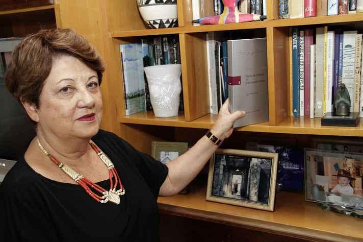 Eneida em seu escritório, com o volume 'Correspondência: Mário de Andrade & Henriqueta Lisboa', que organizou para a Edusp