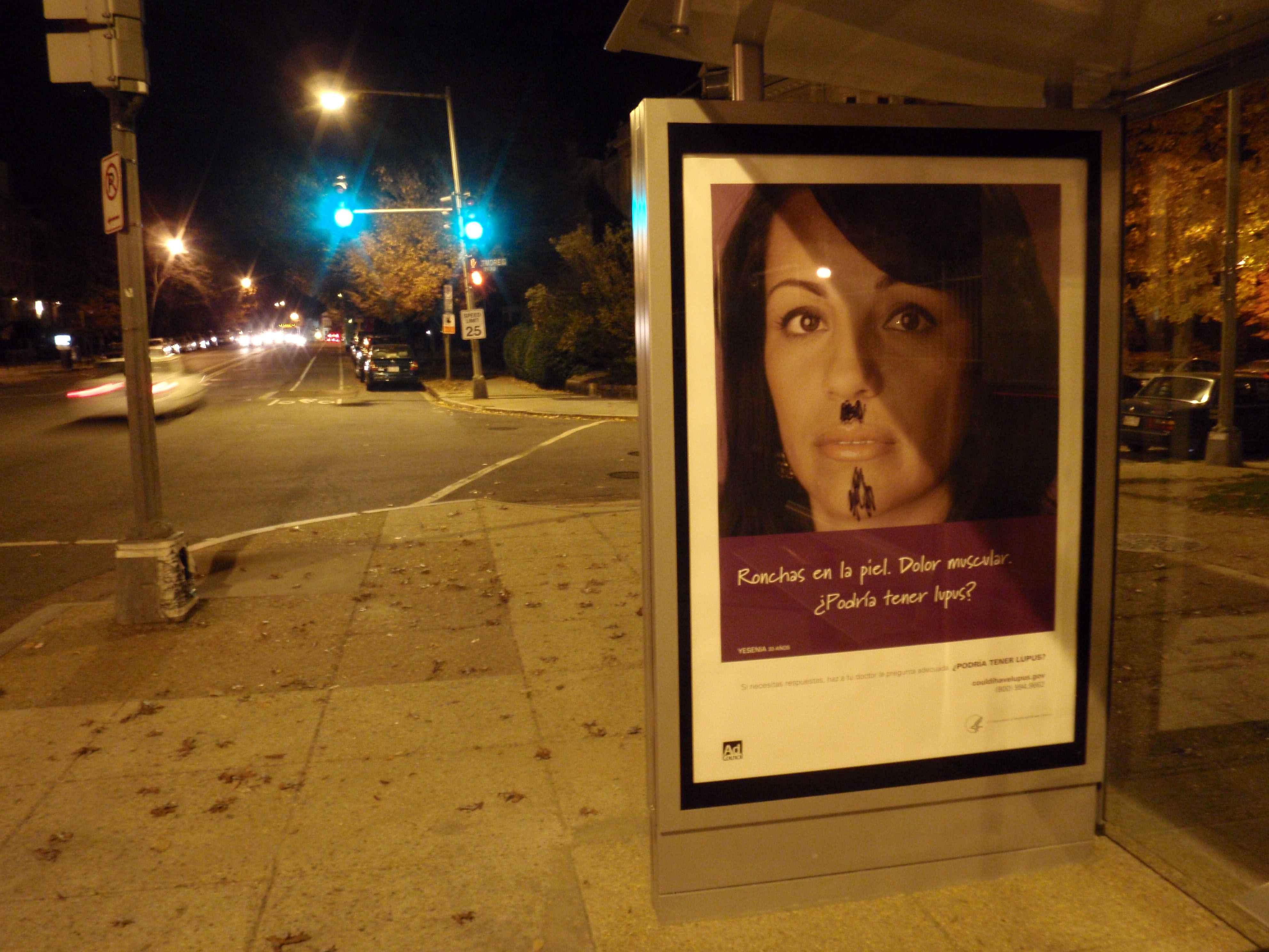 Anúncio em ponto de ônibus alerta para o lúpus