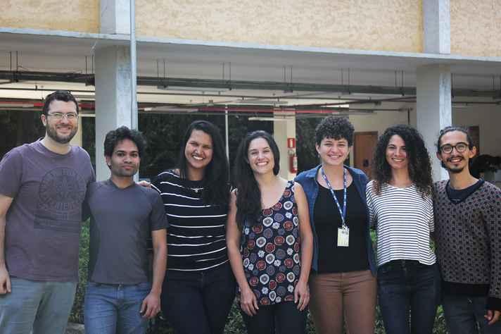 Rafaela Salgado Ferreira ao centro, com alunos do seu grupo de pesquisa