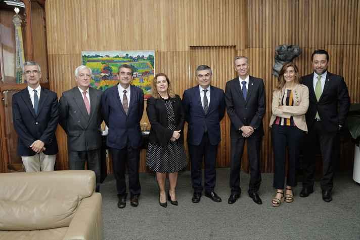 Equipe do reitorada da Universidade de Lisboa com a reitora Sandra Regina Goulart Almeida, ao centro