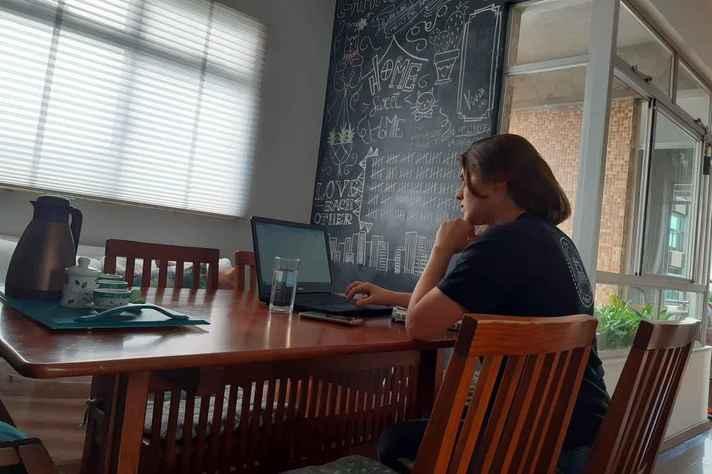 Vanessa Pietrobon, da EBA, em aula remota: estudantes destacaram colaboração, recurso de aulas gravadas e avaliações distribuídas