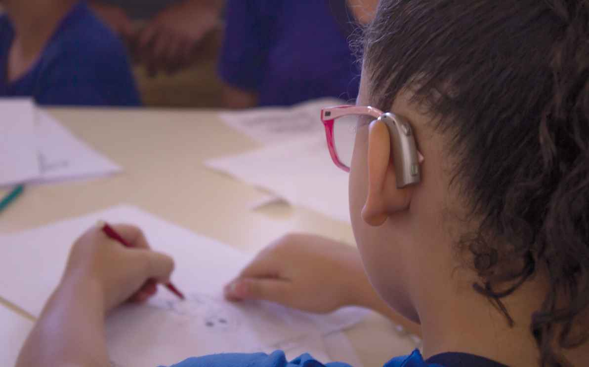 Criança em oficina na Escola Estadual Francisco Sales