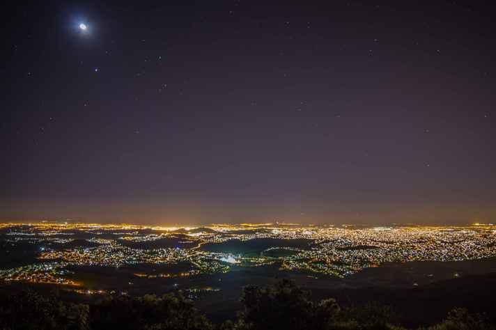Visão noturna de Belo Horizonte a partir do Parque Estadual da Serra do Rola-Moça