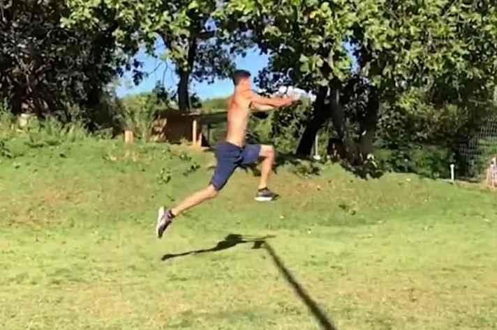 Atletas recebem treinamentos semanalmente e precisam improvisar em suas casas