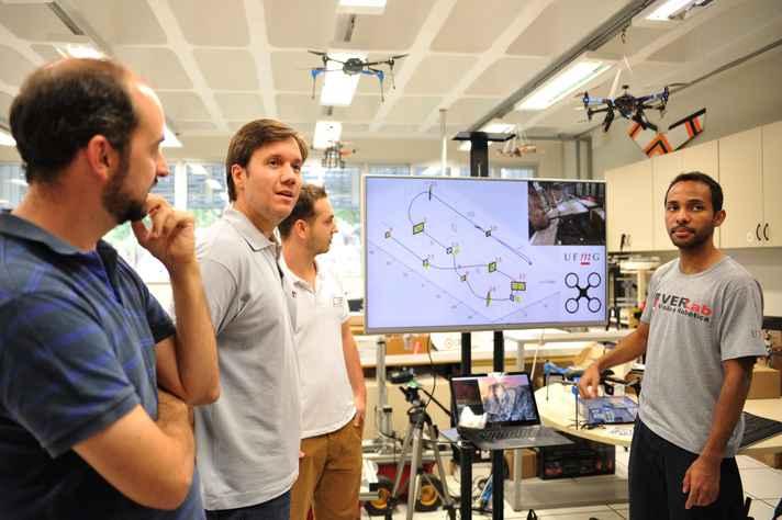 Da esquerda para direita: os professores Gustavo Freitas e Douglas Macharet e os doutorandos Antonio Chiella e Elerson Rubens