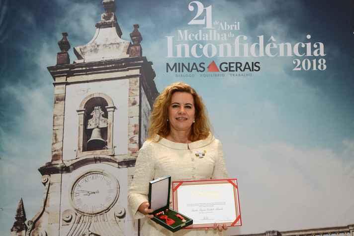 Sandra Goulart Almeida com a Grande Medalha