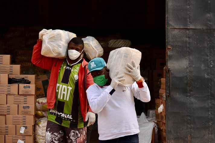 O projeto Frente Humanitária, do centro cultural Lá da Favelinha, já distribuiu cerca de 178 toneladas de alimentos aos moradores das oito vilas do Aglomerado da Serra
