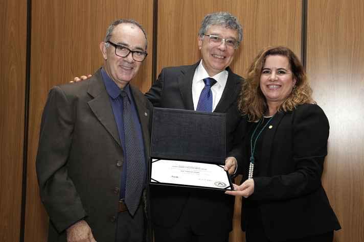 Chico Soares recebeu o diploma de emérito do diretor do ICEx, Antônio Flávio Alcântara, e da reitora Sandra Goulart Almeida