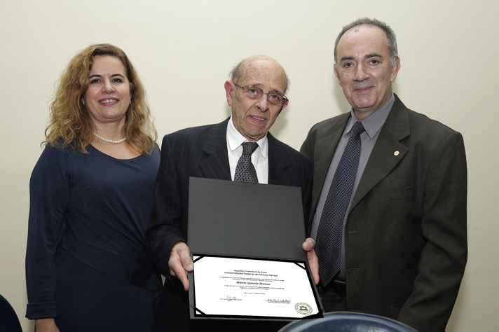 Marcio Quintão com a reitora Sandra Goulart Almeida e o professor Antônio Flávio Alcântara