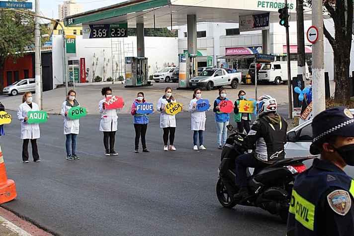 Campanha de conscientização em rua de São Paulo feita por profissionais de saúde: mulheres são maioria na linha de frente de combate à Covid-19