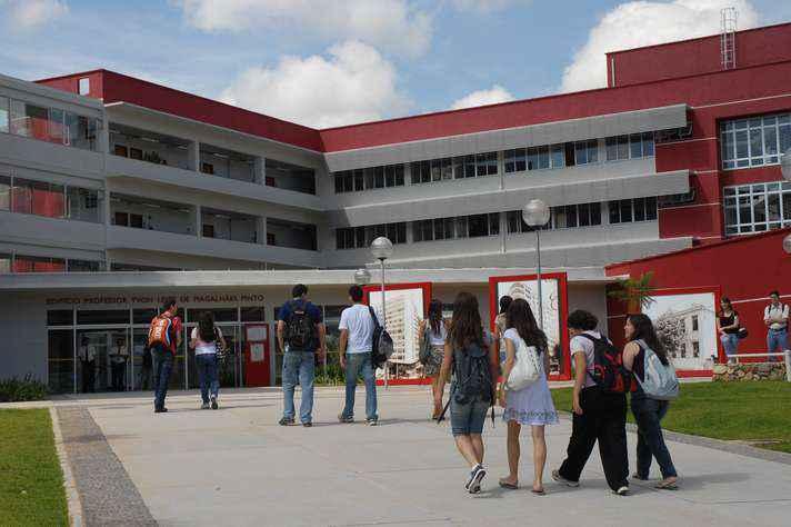 Estudantes na entrada do prédio da Face: programas de mobilidade enriquecem formação