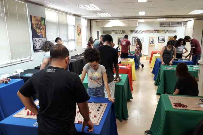 O público visitante pode interagir com os jogos e peças do acervo