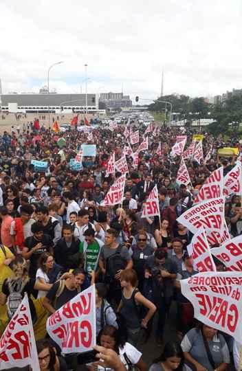 Reitoria da UnB continua ocupada por estudantes, que pedem fim dos cortes