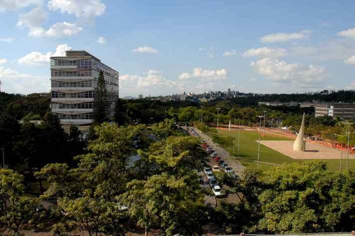 Visão lateral do prédio da reitora da UFMG, onde ocorrerão as sessões do Conselho Universitário
