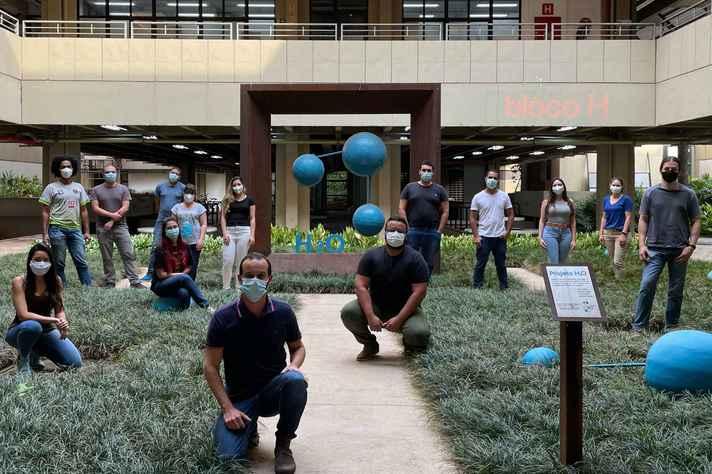 Na entrada do ICB, professores Renato Santana  e Renan Souza, ao centro, com os alunos de pós-graduação que integram o Laboratório de Biologia Integrativa
