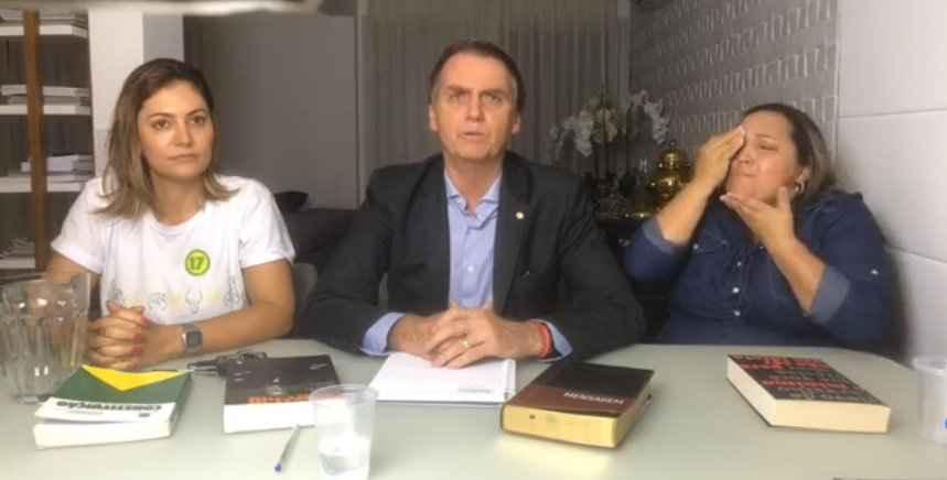 Jair Bolsonaro com Michelle Bolsonaro e intérprete de Libras
