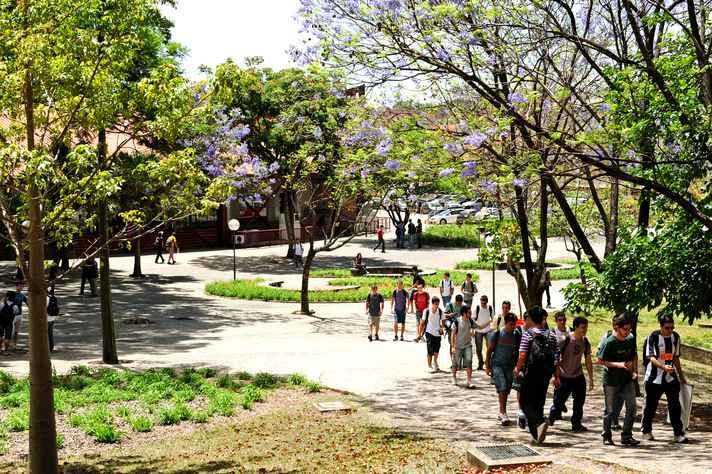Estudantes na Praça de Serviços do campus Pampulha
