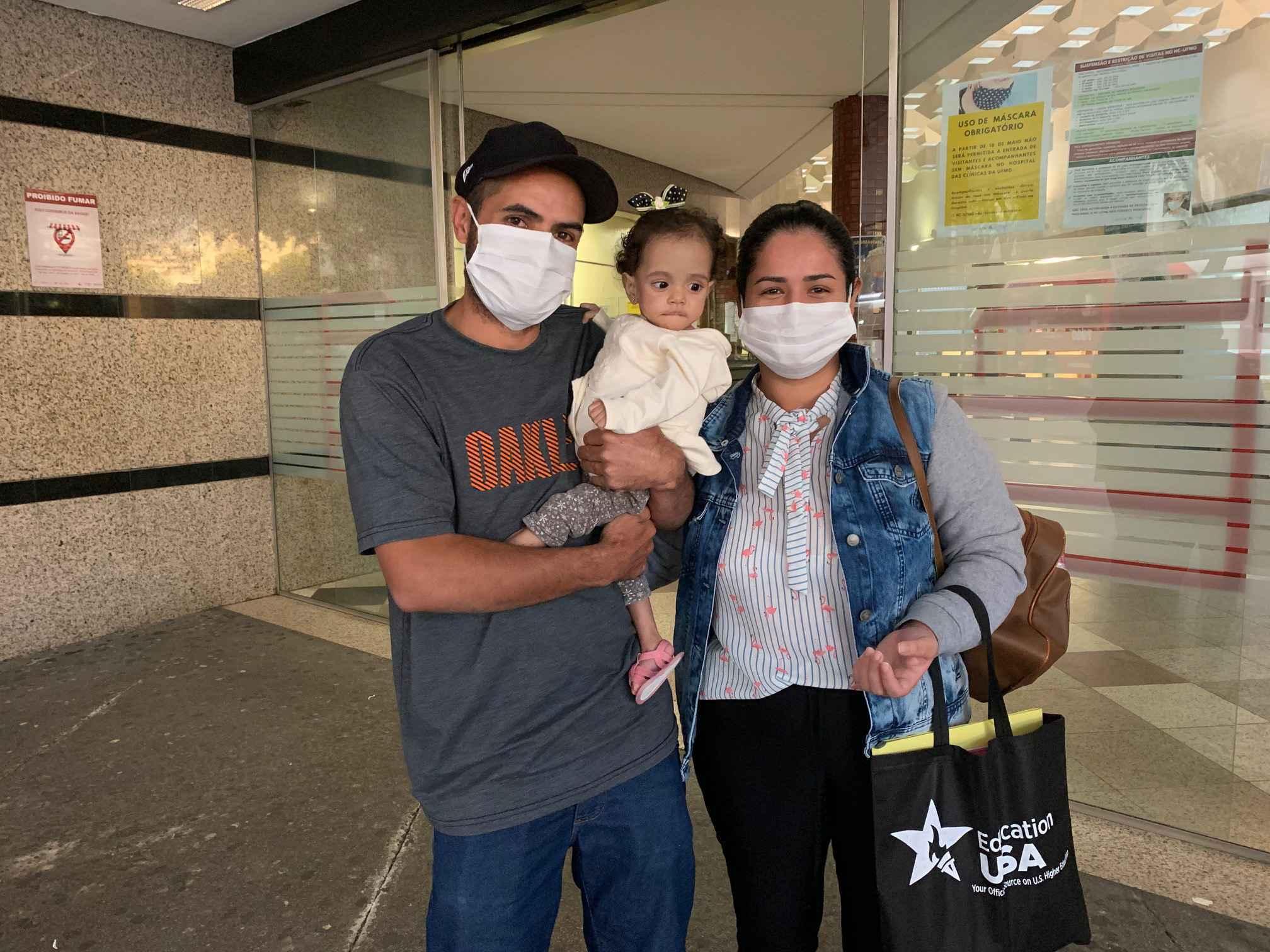 Valentina com o pai, Alexandre, e a mãe: