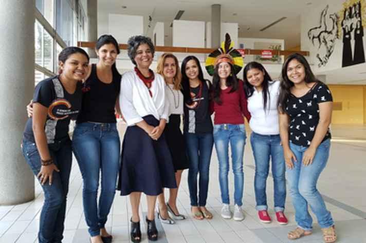 A professora Lívia de Errico (terceira da esquerda para a direita) com a vice-reitora Sandra Goulart Almeida e estudantes indígenas