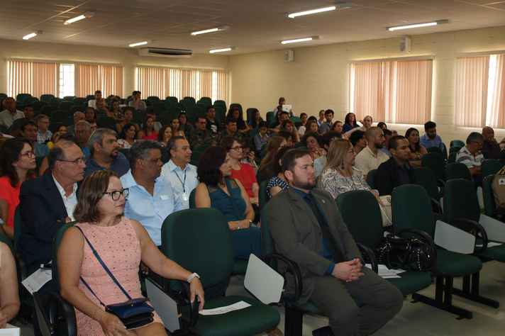 Comunidade acadêmica de Montes Claros e dirigentes da UFMG durante a cerimônia