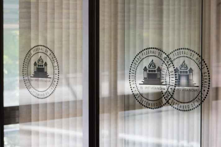 Brasão da UFMG refletido em sala da Reitoria