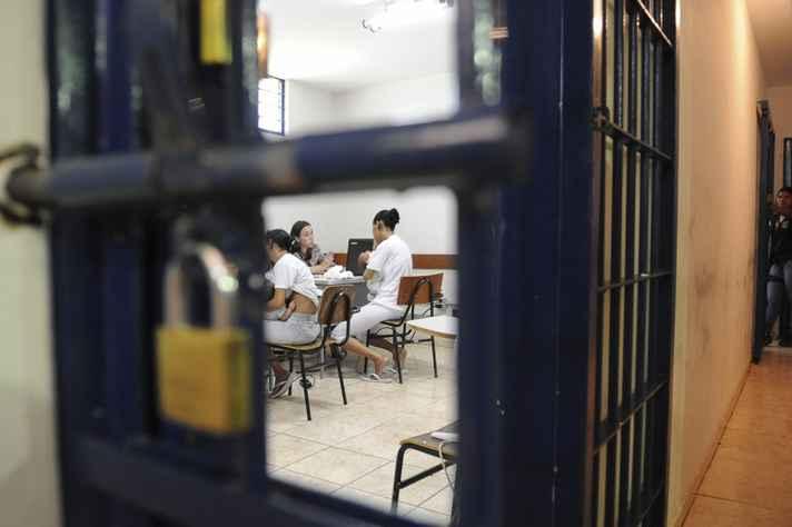 A situação é mais complicada quando as detentas estão grávidas ou amamentando seus filhos que nasceram durante o encarceramento