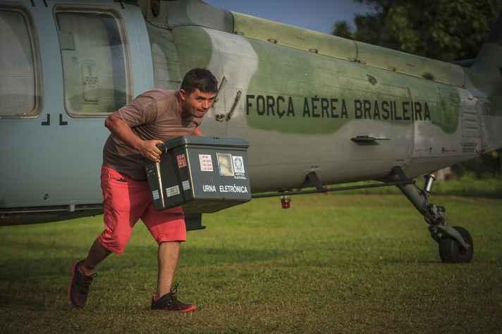 Força Aérea Brasileira transporta urnas eletrônicas para eleições no Acre